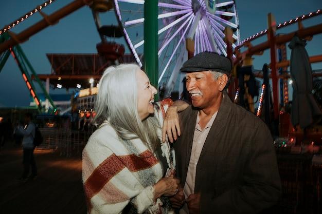 Vrolijk bejaarde echtpaar in pacific park in santa monica, californië