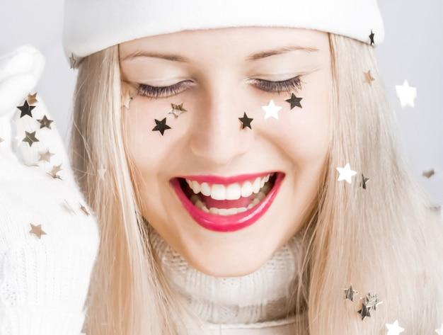 Vrolijk blondemeisje in de kersttijd