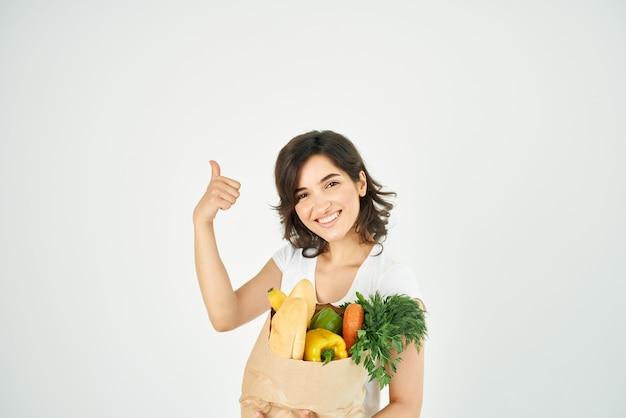 Vrolijk brunette pakket met bezorgservice voor groenten