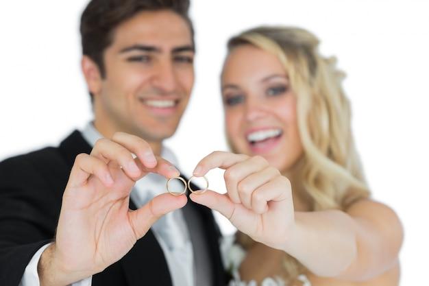 Vrolijk echtpaar toont hun trouwringen