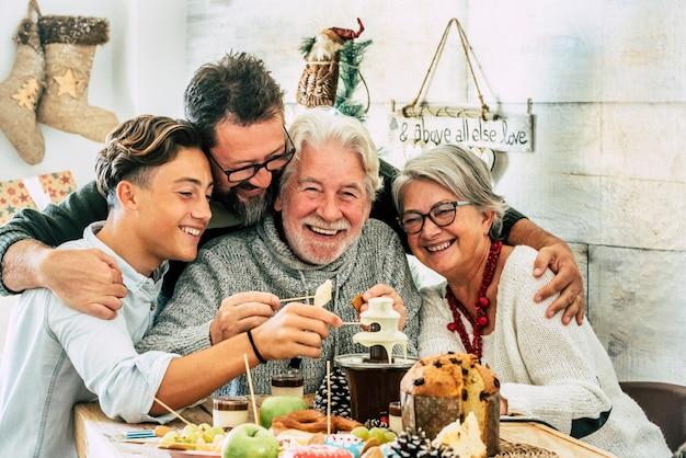 Vrolijk en gelukkig gezin genieten samen van wintervakantie en kersttijd met lunch of diner thuis