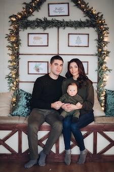 Vrolijk en joviaal mooi gezin van drie met plezier