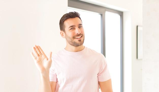 Vrolijk en opgewekt glimlachen, met de hand zwaaien en je begroeten, of afscheid nemen