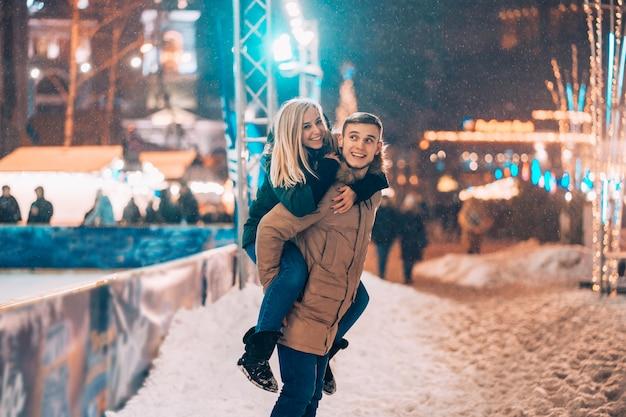 Vrolijk en speels stel in warme winteroutfits dollen rond