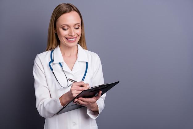 Vrolijk gericht meisje doc specialist medische formulier invullen