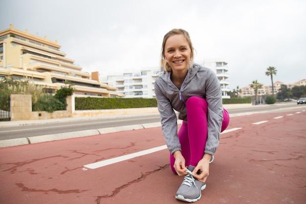 Vrolijk geschikt meisje gelukkig om te beginnen met hardlopen
