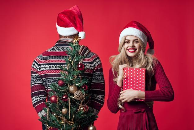 Vrolijk getrouwd paar kerstcadeaus nieuwjaar rode achtergrond