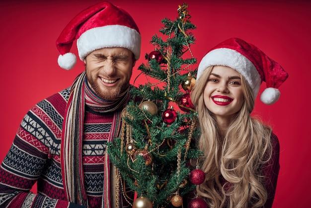 Vrolijk getrouwd stel viert kerstmis nieuwjaar rode achtergrond