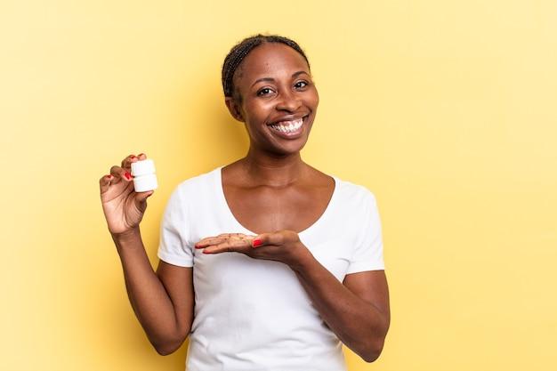 Vrolijk glimlachen, zich gelukkig voelen en een concept in kopieerruimte tonen met de palm van de hand. pillen concept