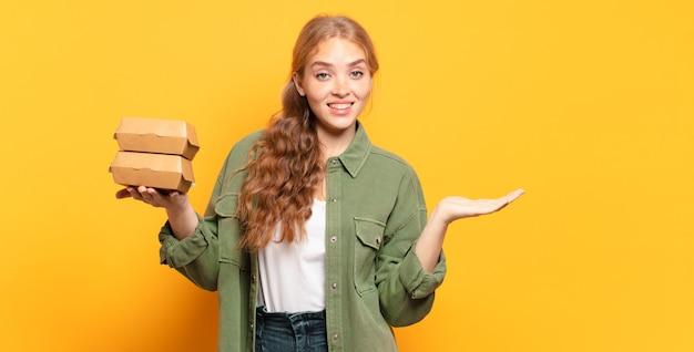 Vrolijk glimlachen, zich gelukkig voelen en een concept in kopieerruimte tonen met de palm van de hand