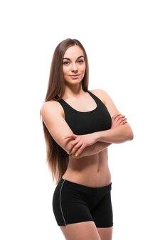 Vrolijk glimlachende gemengde race sportieve vrouw die camera bekijkt, die op witte achtergrond wordt geïsoleerd