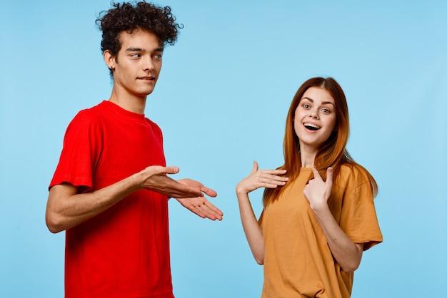 Vrolijk jong koppel in kleurrijke t-shirts jeugdstijl bebouwde mening