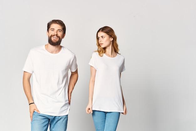 Vrolijk jong stel in witte t-shirts mode reclameontwerp