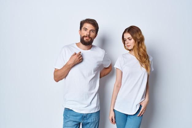 Vrolijk jong stel in witte t-shirts studiocommunicatie