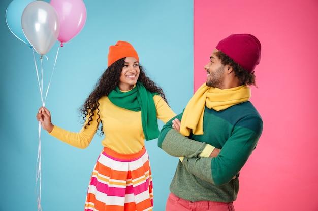 Vrolijk jong stel met ballonnen met een date