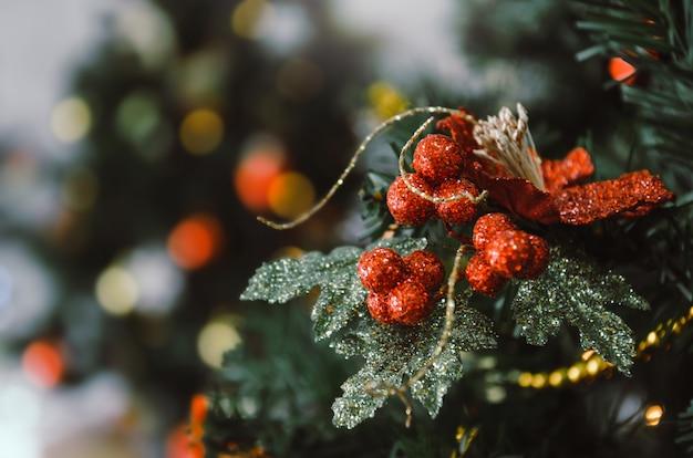 Vrolijk kerstfeest. close-up rode kleur ingericht bal opknoping op kerstboom met bokeh lichten