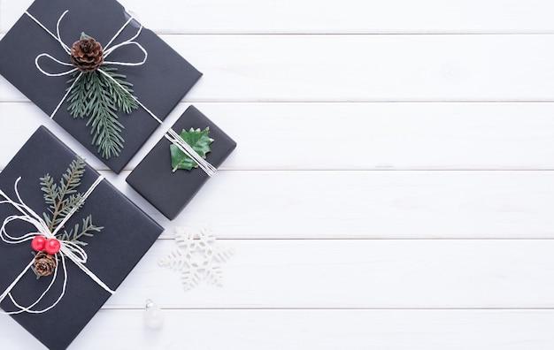 Vrolijk kerstfeest concept met andere decoratie voor feest op witte houten achtergrond