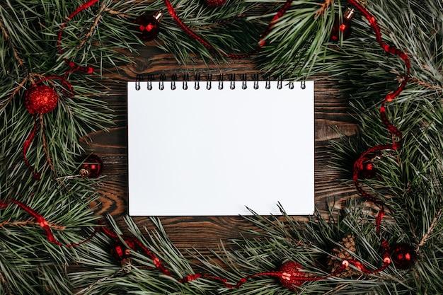 Vrolijk kerstfeest concept met geschenkdozen, speelgoed en notitieboekje met achtergrond