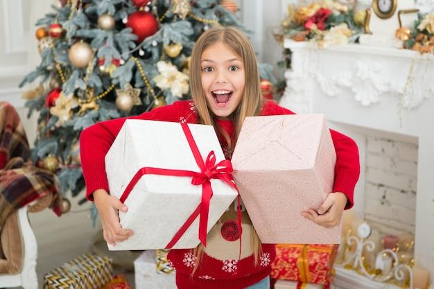 Vrolijk kerstfeest. de ochtend voor kerstmis. kleine meid. gelukkig nieuwjaar. winter. kerst online winkelen. vakantie met het gezin. kerstboom en cadeautjes. kind geniet van de vakantie.