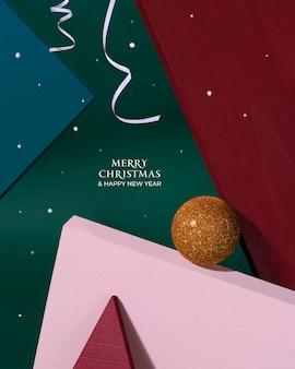 Vrolijk kerstfeest en een gelukkig nieuwjaar. creatieve xmas-designobjecten. heldere kerstbal, witte linten, vallende sneeuw en felicitatietekst. nieuwjaarskaart. minimalistische stijl.