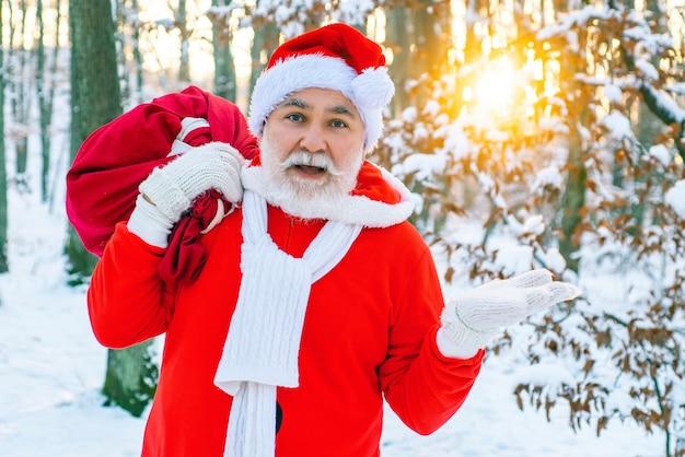 Vrolijk kerstfeest en een gelukkig nieuwjaar. de ochtend voor kerstmis. de kerstman brengt cadeautjes voor kinderen. nieuwjaar kerst concept.