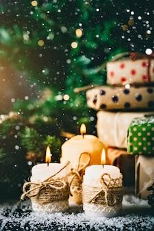 Vrolijk kerstfeest en een gelukkig nieuwjaar. kaars en kerstmisspeelgoed op een houten lijst