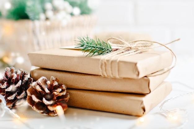 Vrolijk kerstfeest en een gelukkig nieuwjaar. kerstcadeaus op wazig licht. selectieve aandacht.