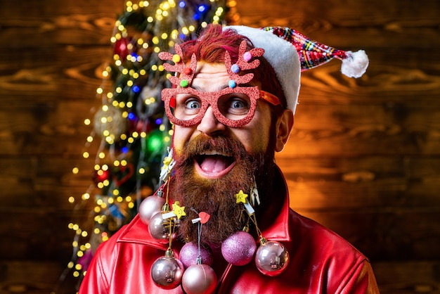 Vrolijk kerstfeest en een gelukkig nieuwjaar. kerstman thuis met kersttas. gelukkig nieuwjaar. bebaarde man binnen