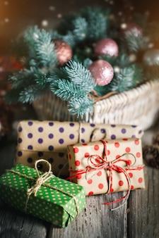 Vrolijk kerstfeest en een gelukkig nieuwjaar. mand met kerstspeelgoed en kerstcadeaus