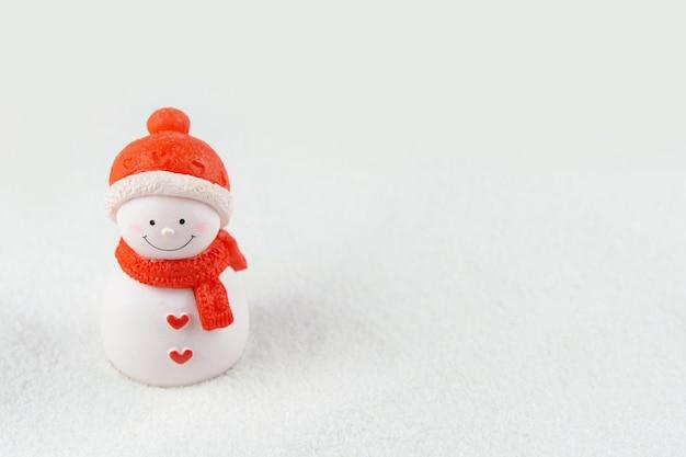 Vrolijk kerstfeest en een gelukkig nieuwjaarsconcept. leuk sneeuwmancijfer over sneeuw met exemplaarruimte