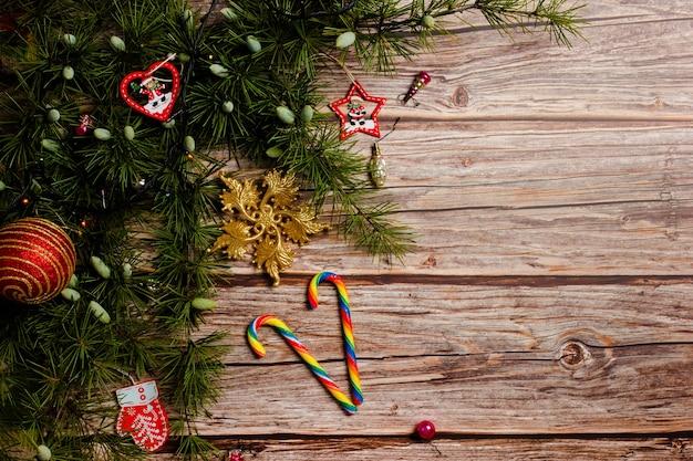 Vrolijk kerstfeest en nieuwjaarsdecoratie met karamelstokken