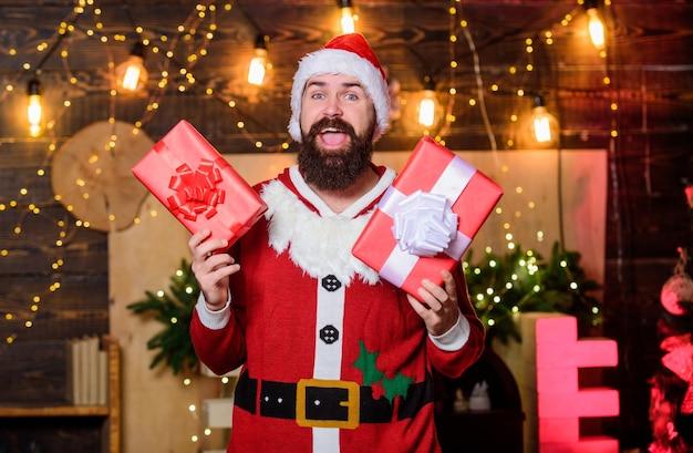 Vrolijk kerstfeest. levering van kerstcadeaus. bebaarde kerstman levert cadeautjes. kerstinkopen doen. bebaarde man kerstmuts. gelukkig nieuwjaar. xmas huidige doos. winteraankopen. vrolijk elfje.