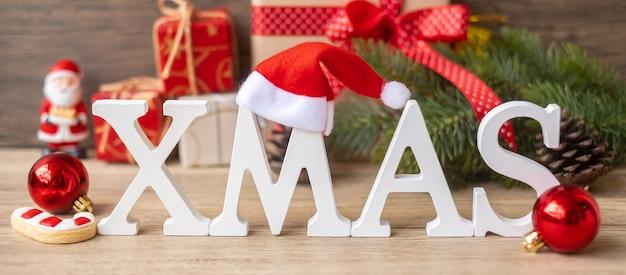 Vrolijk kerstfeest met decoratie op tafel. kerstavond, feest, vakantie en gelukkig nieuwjaarsconcept