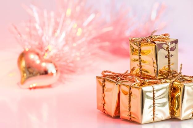 Vrolijk kerstfeest, nieuwjaar, geschenken in gouden dozen en een gouden hart