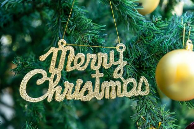 Vrolijk kerstfeest op groene boomachtergrond.