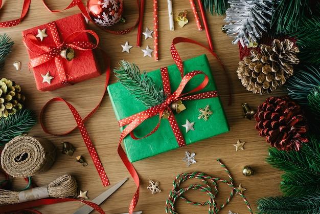 Vrolijk kerstfeest plat lag met versier geschenkdoos aanwezig en ornament-element op hout
