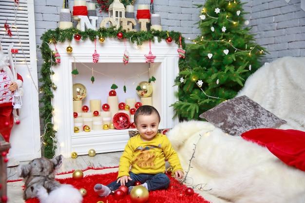 Vrolijk kerstfeest portret van een emotioneel kind met een nieuwjaarskostuum.