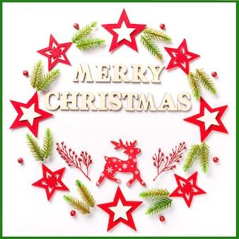 Vrolijk kerstfeest van houten letters en decoraties