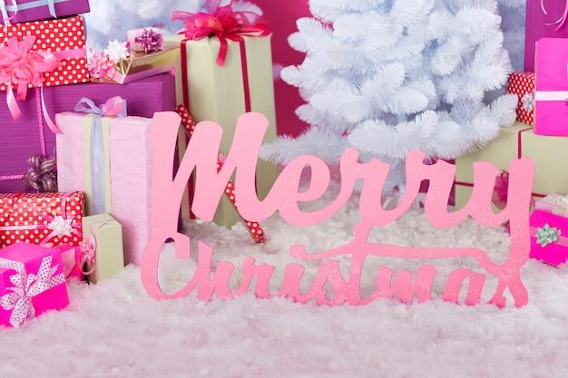 Vrolijk kerstfeest wensen in de buurt van cadeautjes