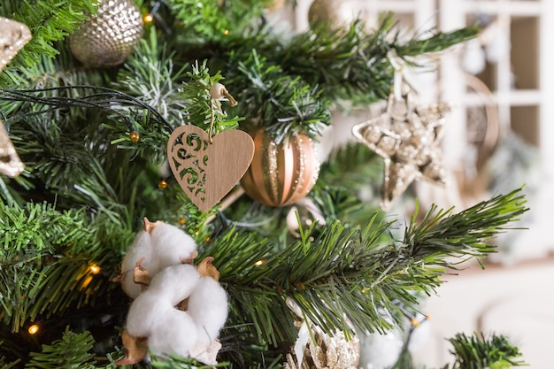 Vrolijk kerstfeest. winter vakantie achtergrond met kerstboom met gouden en witte bauble, lint, klatergoud en sneeuwvlokken. christmas scene. kerst fir takken met decoraties. kleurrijke glazen bollen