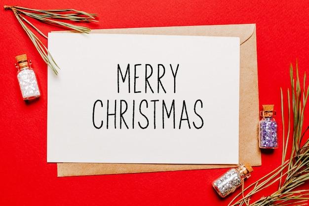 Vrolijk kerstfeestje met cadeau, spartak en speelgoed op rode geïsoleerde achtergrond. nieuwjaarsconcept