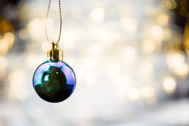 Vrolijk kerstmisconcept met hangende balornamenten