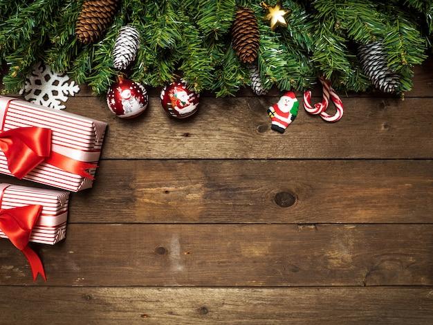 Vrolijk kerstmisonderwerp op een houten achtergrond met kerstmisboom