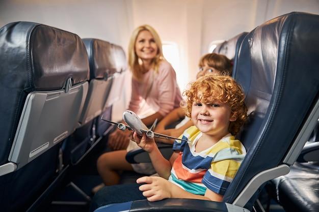 Vrolijk kind spelen met een speelgoedvliegtuig