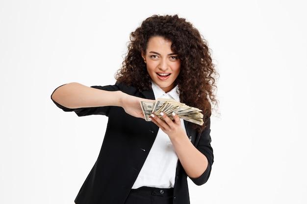 Vrolijk krullend meisje aanhouden van geld