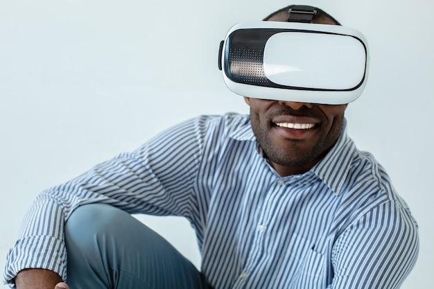 Vrolijk lachend opgewonden gevoel tijdens het gebruik van een vr-bril