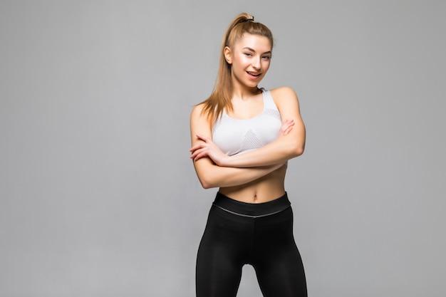 Vrolijk lachende sportieve vrouw poseren