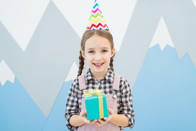 Vrolijk meisje dat haar verjaardag viert