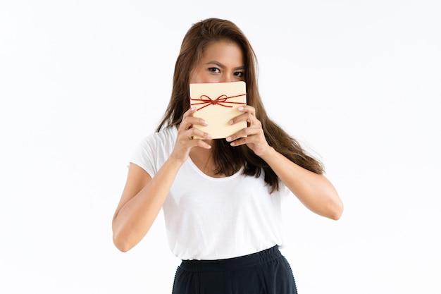 Vrolijk meisje die gezicht behandelen door gift