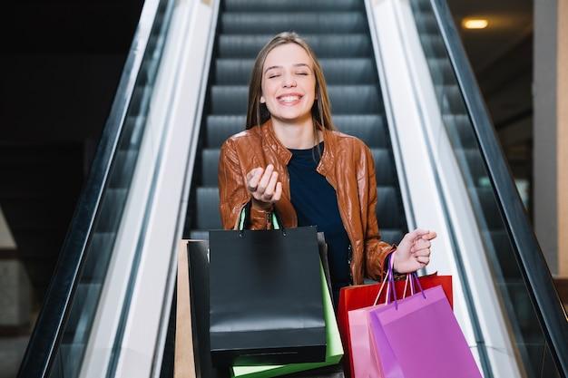Vrolijk meisje gebaren in winkelcentrum
